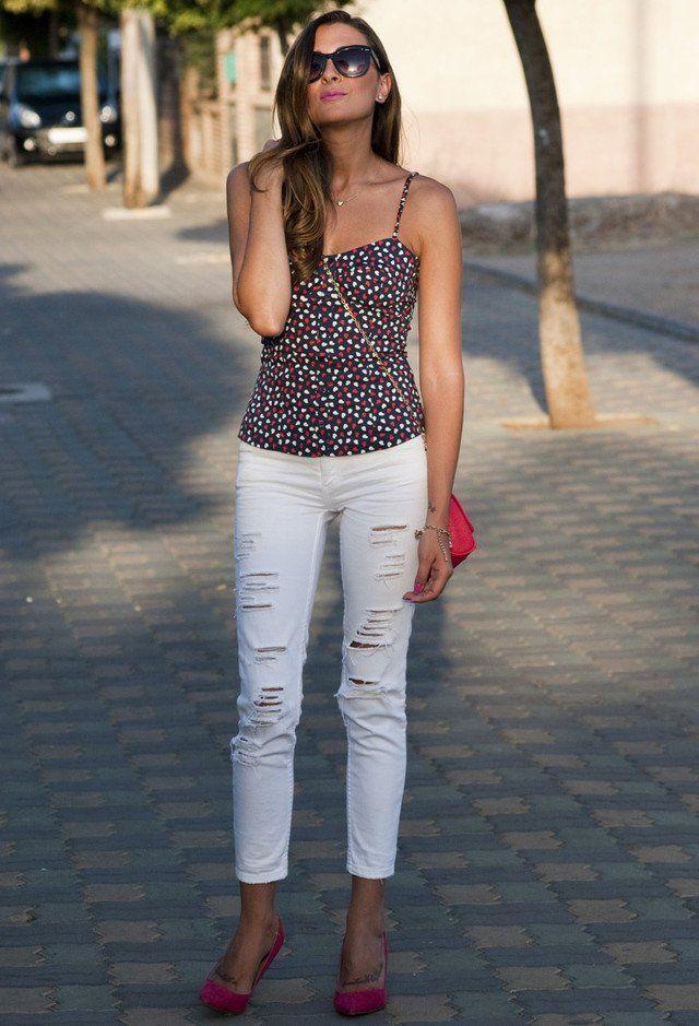 Floral Top und zerrissene weiße Jeans