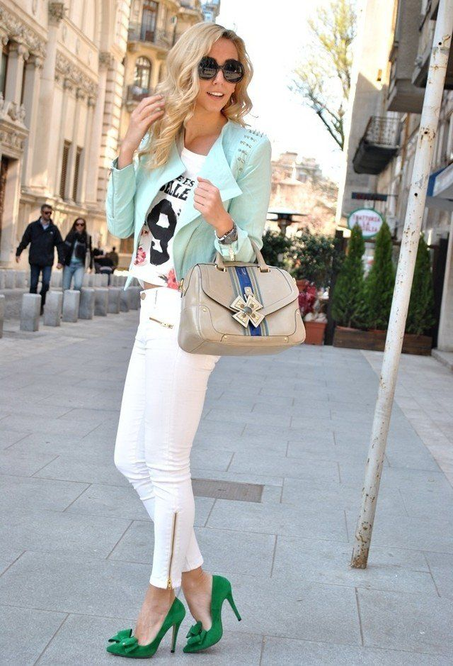 Weiße Jeans Outfit Idee mit Pastell Jacke