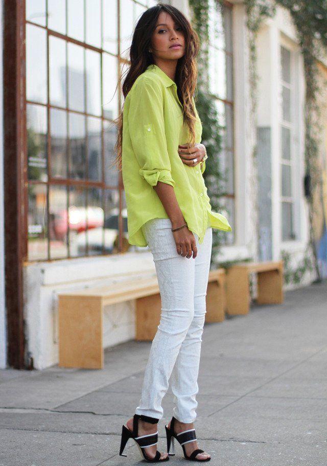 Weiße Jeans Outfit Idee mit hellen farbigen Bluse