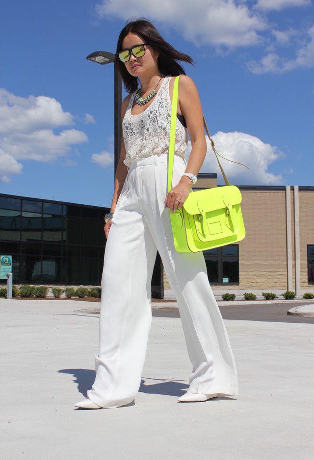 Alle Weiß Kombination Ideen für stilvolle Frühlings-Looks: Spitze und helle farbige Tasche