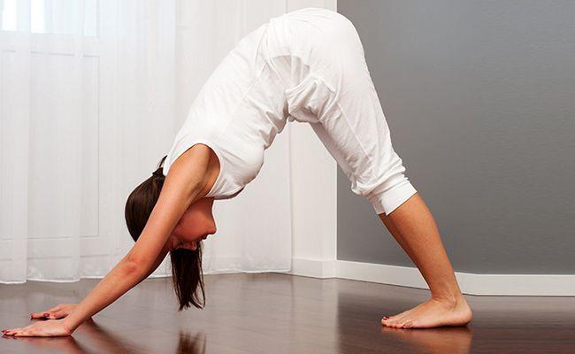 7 Yoga posen für eine gute nachtruhe nach dem abendessen zu tun