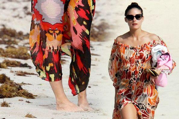 Wie man einen sarong am sonnigen strand zu tragen