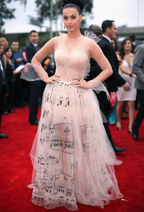 Wie die musik notendruck trend von katy perry valentino kleid bei den grammys roten teppich inspiriert zu tragen