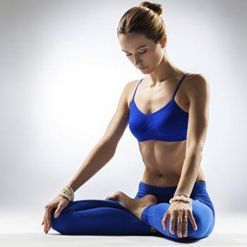 Wie yoga hält den körper jung
