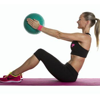 Medizinball sit-up mit brustpresse