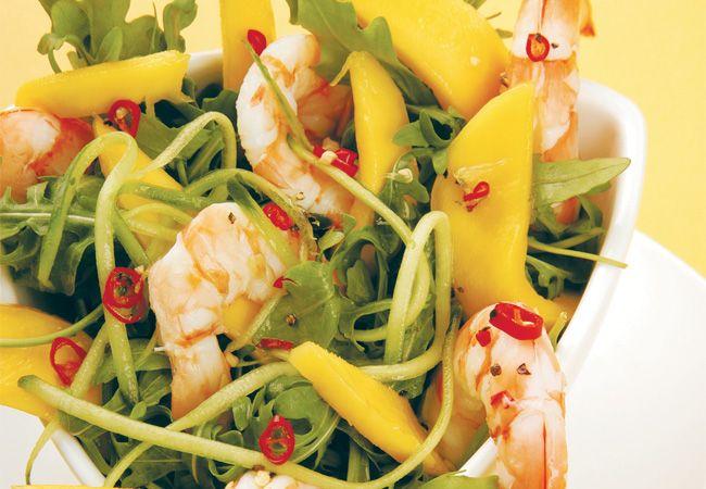 Garnelen, rucola, mango und gurkensalat mit einem pikanten limetten-dressing