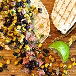Steak taco mit guacamole, mais & schwarzen bohnen salsa