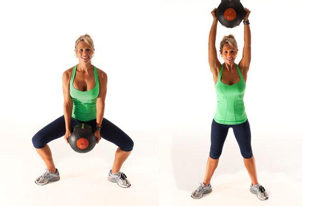 Sumo squat mit druckmedizinball