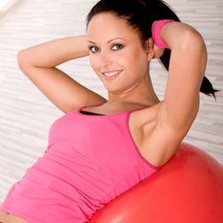 Swiss Ball Russian Twist - Frauen`s Health & Fitness