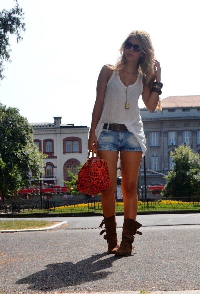 Sassy White Tee Outfit Idee mit Jeans-Shorts