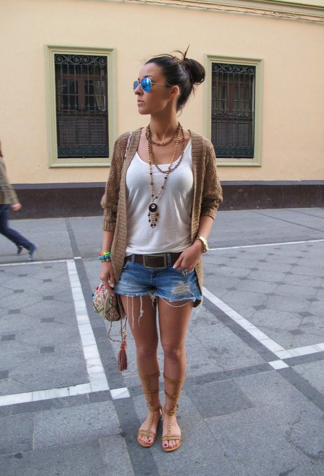 Lässige White Tee Outfit Idee mit Jeans-Shorts