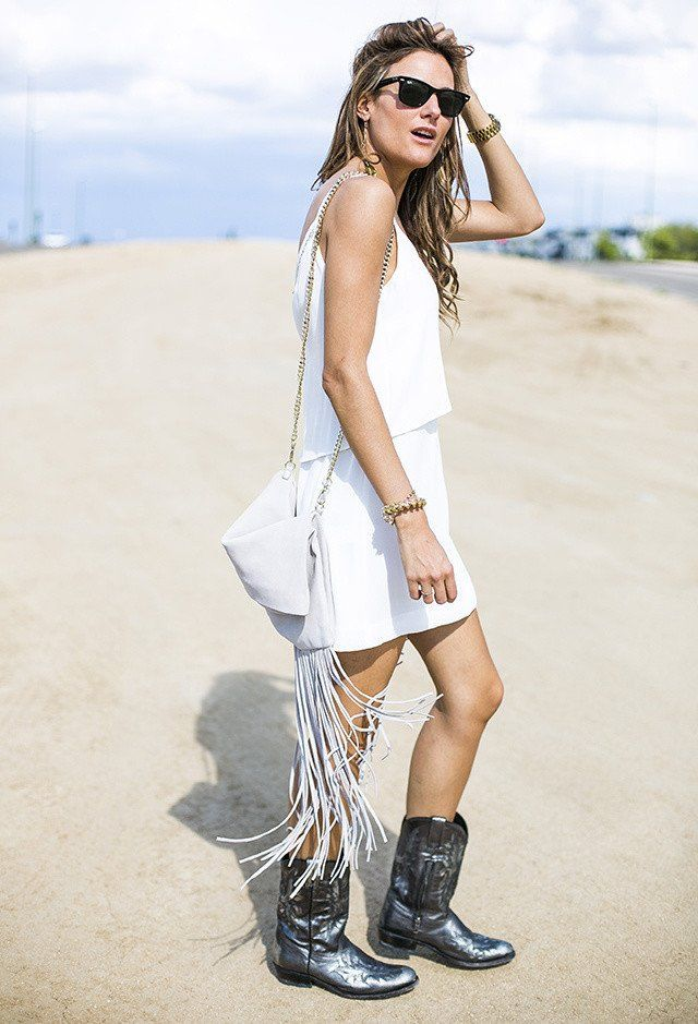 White Tee Outfit Idee mit goldenen Accessoires